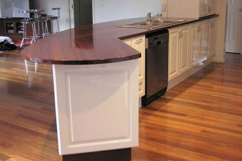 Moulded-gloss-vinyl-doors-with-granite-solid-timber-benchtop